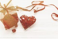 Счастливая концепция дня ` s валентинки стильная коробка и красный цвет настоящего момента ремесла Стоковые Изображения RF