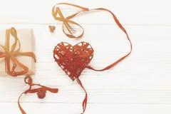 Счастливая концепция дня ` s валентинки стильная коробка и красный цвет настоящего момента ремесла Стоковая Фотография