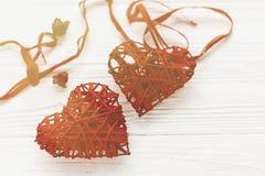 Счастливая концепция дня ` s валентинки стильное красное сердце на белое деревенском Стоковые Фото