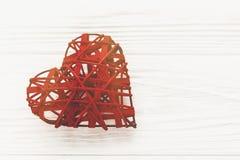 Счастливая концепция дня ` s валентинки стильное красное сердце на белое деревенском Стоковое Фото