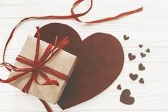 Счастливая концепция дня ` s валентинки стильные присутствующие коробка и бархат он Стоковые Фотографии RF