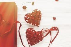 Счастливая концепция дня ` s валентинки стильные присутствующие коробка и ro сердец Стоковое Фото