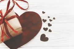 Счастливая концепция дня ` s валентинки стильные присутствующие коробка и бархат он Стоковое Изображение