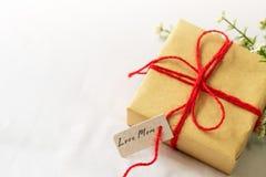 Счастливая концепция дня ` s матери Подарочная коробка и цветок, бумажная бирка с текстом МАМЫ ВЛЮБЛЕННОСТИ Стоковые Фотографии RF