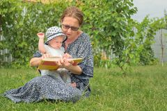 Счастливая концепция женщины Работа и семья сочетания из Соединение поколения Чувства в семье Женщина дела с ребенком стоковые фотографии rf
