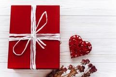 Счастливая концепция карточки дня валентинки стильные настоящий момент и сердце красного цвета Стоковые Фото