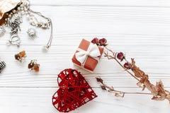 Счастливая концепция карточки дня валентинки стильные настоящий момент и сердце красного цвета Стоковые Изображения RF