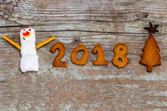 Счастливая концепция 2018 Нового Года - смешной снеговик зефира и немеет Стоковое Изображение