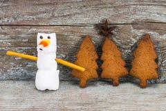 Счастливая концепция 2018 Нового Года - смешной снеговик зефира и немеет Стоковые Фото