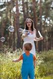 Счастливая концепция природы воздуходувки пузыря младенца матери Стоковые Фото