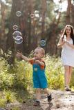 Счастливая концепция природы воздуходувки пузыря младенца матери Стоковая Фотография