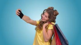 Счастливая красивая девушка делает selfie держа хозяйственные сумки в цыплятах акции видеоматериалы