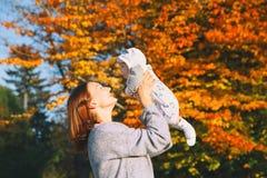 Счастливая красивая молодая мать с ее ребенком младенца на природе Стоковое Изображение RF