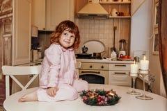 Счастливая красивая семья ждет рождество стоковые изображения
