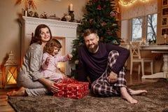 Счастливая красивая семья ждет рождество стоковое изображение rf