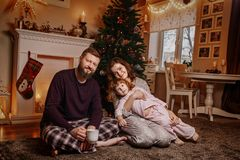Счастливая красивая семья ждет рождество стоковое изображение