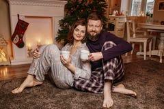 Счастливая красивая семья ждет рождество стоковое фото