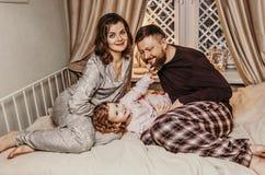 Счастливая красивая семья ждет рождество стоковые фото