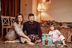 Счастливая красивая семья ждет рождество стоковое фото rf