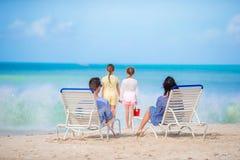 Счастливая красивая семья из четырех человек на пляже Стоковая Фотография