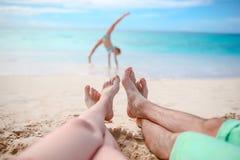 Счастливая красивая семья на пляже Стоковое Изображение RF