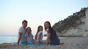 Счастливая красивая семья с детьми на пляже сток-видео