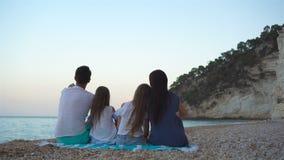 Счастливая красивая семья с детьми на пляже акции видеоматериалы