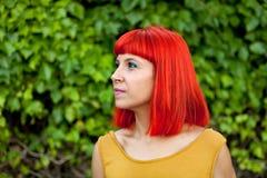 Счастливая красная женщина волос в парке Стоковое Фото