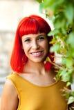 Счастливая красная женщина волос в парке Стоковая Фотография
