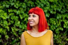 Счастливая красная женщина волос в парке Стоковое Изображение RF