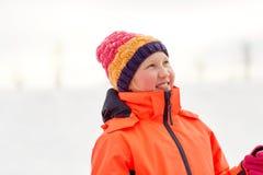 Счастливая маленькая девочка в зиме одевает outdoors стоковое изображение