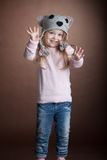 Счастливая маленькая девочка в костюме кота стоковое фото rf