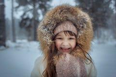 Счастливая маленькая девочка в снежном лесе стоковое фото rf