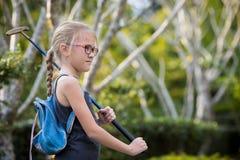 Счастливая маленькая девочка играя мини гольф стоковая фотография rf
