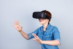 Счастливая маленькая девочка использует стекла шлемофона vh виртуальной реальности, Стоковые Фото
