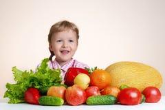 Счастливая маленькая девочка и много фрукт и овощ стоковые фотографии rf
