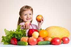 Счастливая маленькая девочка и много фрукт и овощ Стоковые Изображения