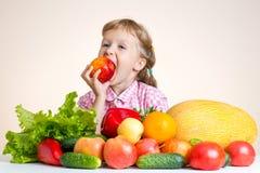 Счастливая маленькая девочка и много фрукт и овощ стоковые изображения rf