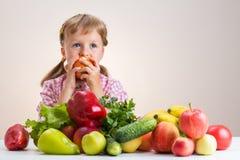 Счастливая маленькая девочка и много фрукт и овощ Стоковое Изображение