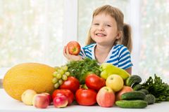 Счастливая маленькая девочка и много фрукт и овощ стоковое фото rf