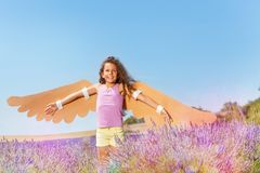 Счастливая маленькая девочка мечтая для того чтобы стать птицей Стоковая Фотография RF