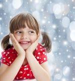 Счастливая маленькая девочка на времени зимы стоковые изображения rf