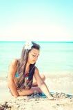 Счастливая маленькая девочка скача на пляж стоковые фотографии rf