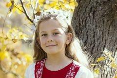 Счастливая маленькая девочка смеясь над и играя в осени на прогулке природы outdoors стоковые фотографии rf
