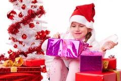 Счастливая маленькая девочка с много подарок на рождество Стоковые Изображения
