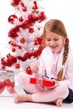 Счастливая маленькая девочка с подарком на рождество Стоковые Изображения RF