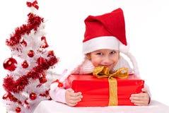 Счастливая маленькая девочка с подарком на рождество Стоковые Фотографии RF