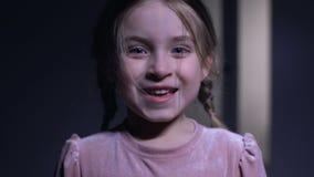 Счастливая маленькая девочка усмехаясь на камере, возбужденной с хорошими новостями, задушевные эмоции акции видеоматериалы