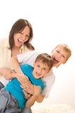 Счастливая мама с 2 дет Стоковые Изображения RF