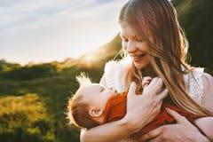Счастливая мать идя с образом жизни семьи младенческого младенца на открытом воздухе стоковое изображение rf